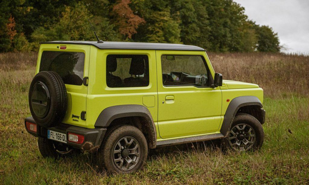 Suzuki Jimny dans l'herbe