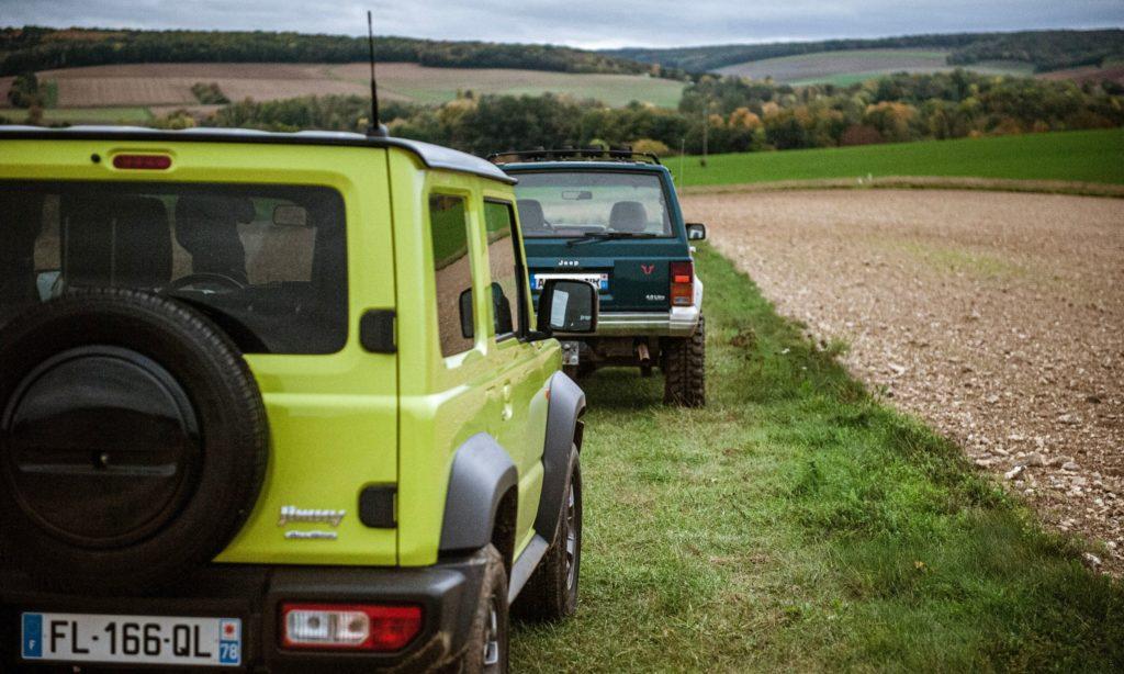 Suzuki Jimny : vue arrière avec le Jeep Cherokee en arrière plan