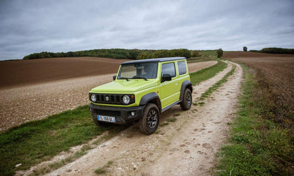 Suzuki Jimny sur un chemin
