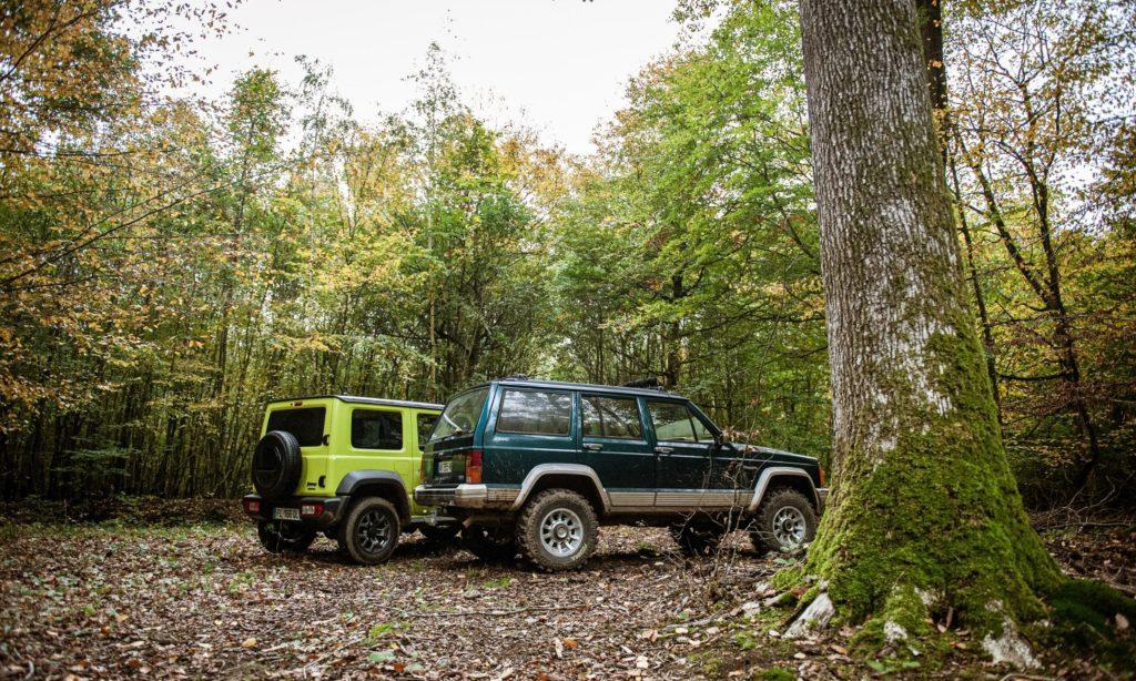 Suzuki Jimny et Jeep Cherokee : vue de l'arrière dans la forêt