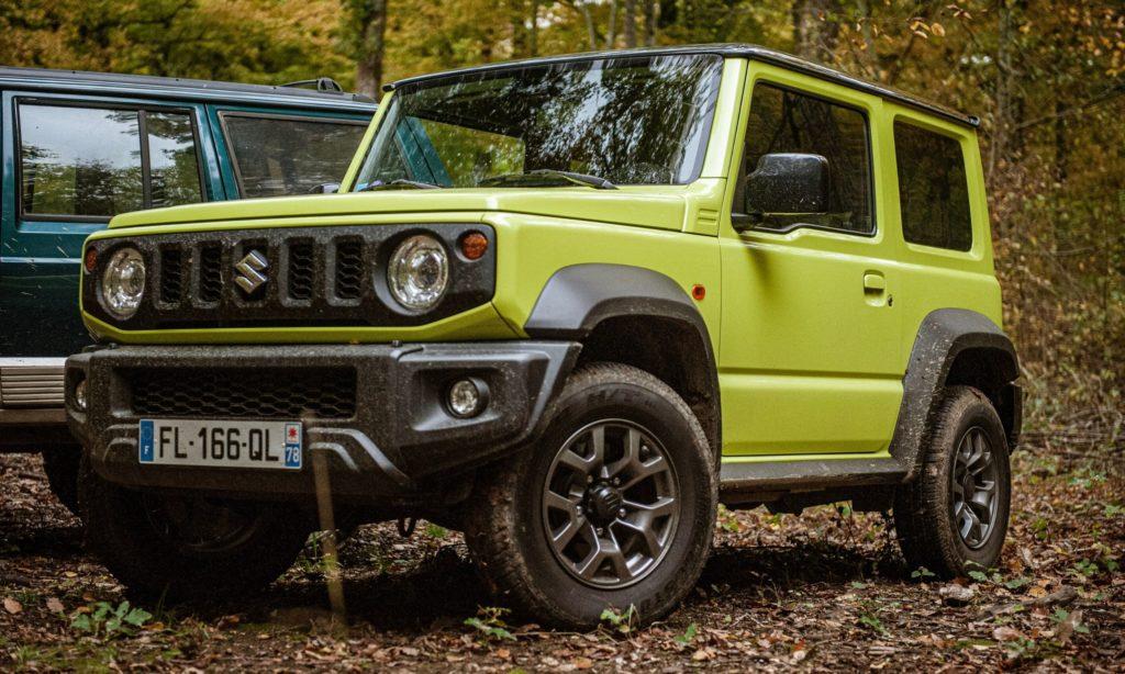 Suzuki Jimny : vue 3/4 avant dans la forêt