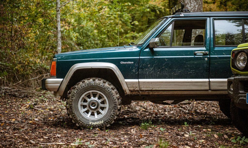 Jeep Cherokee 4.0L 6 cylindres dans la forêt