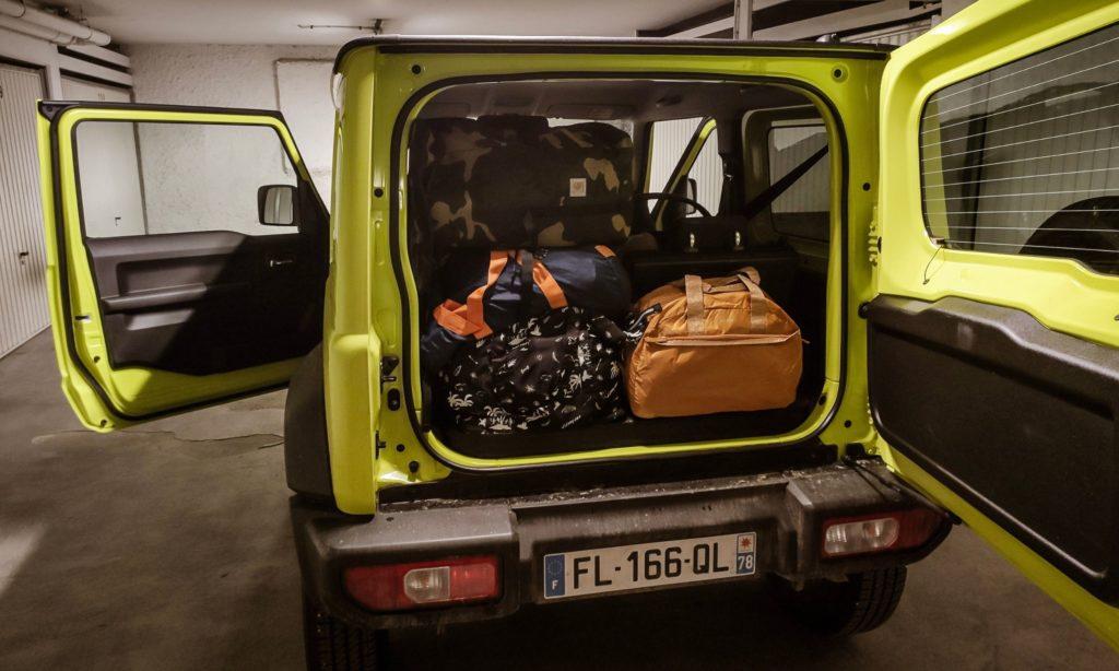Suzuki Jimny avec le coffre rempli de bagages