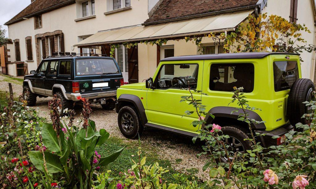 Suziuki Jimny et Jeep Cherokee dans une cours de maison de campagne