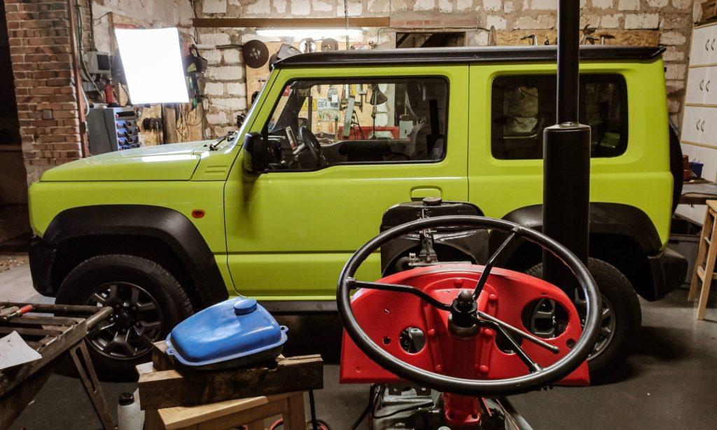 Suzuki Jimny devant un tracteur Massey Ferguson