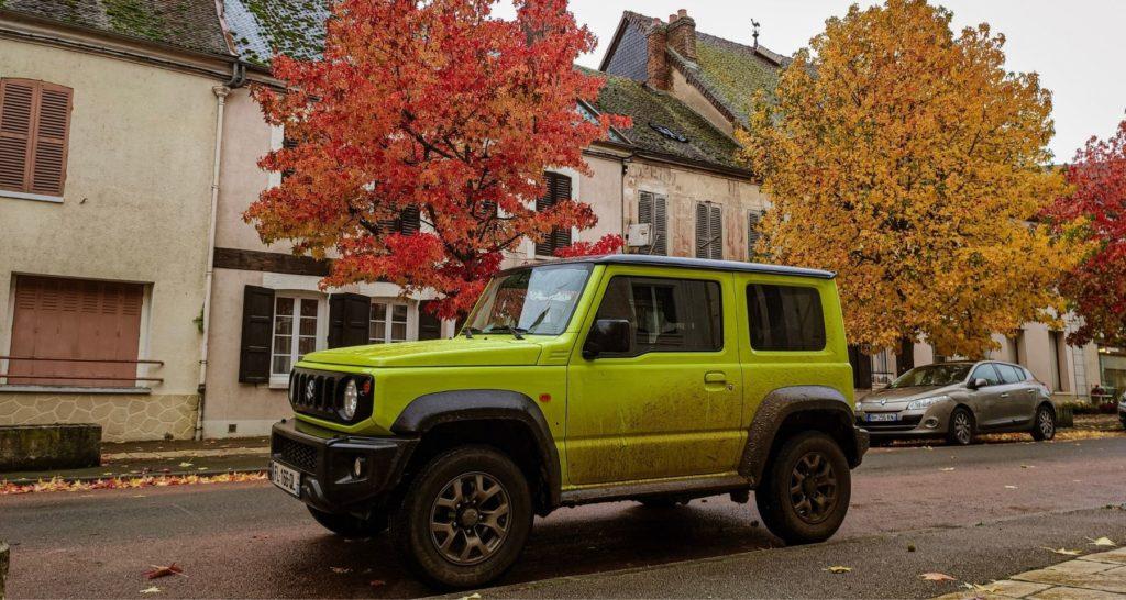 Suzuki Jimny stationné dans un village