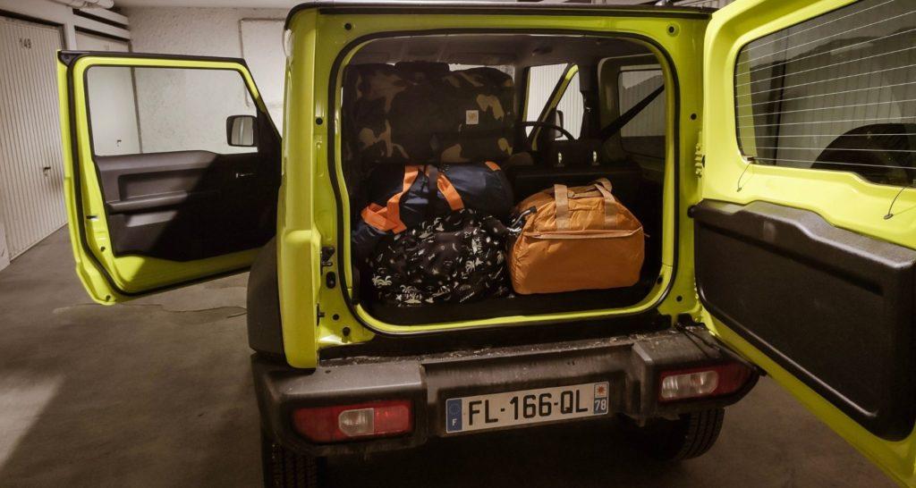 Le Suzuki Jimny avec le coffre rempli de bagages